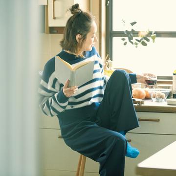 【富岡佳子のプライベートスタイル】着るだけで幸せな気持ちになれる部屋着&靴下で、家時間をハッピーに