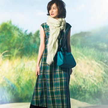 ビビッドなミニバッグを装いのスパイスに【富岡佳子さんのハッピー・グリーンコーデ】