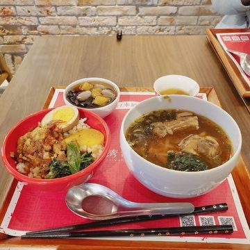 ルーロー飯と牛肉麺とデザート