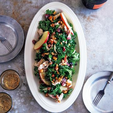 食感にアクセントを! 蒸し鶏、ケール、ナッツのサラダ×玉ねぎヨーグルトドレッシング【ドレッシングに凝るサラダ】