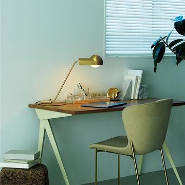 機能性とデザイン性を兼ね備えた「ランプ」でデスクをエレガントに演出【小さな照明】