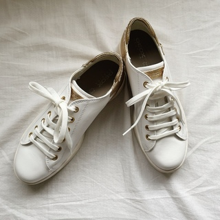 呼吸する靴のGEOXのスニーカー