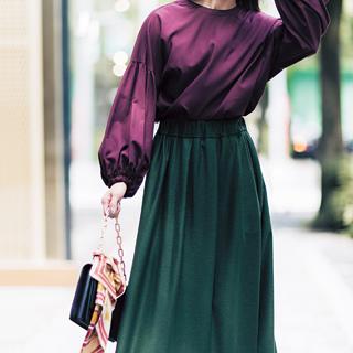 <スカートコーデをモダンに見せるトレンドのシックなカラーリング>