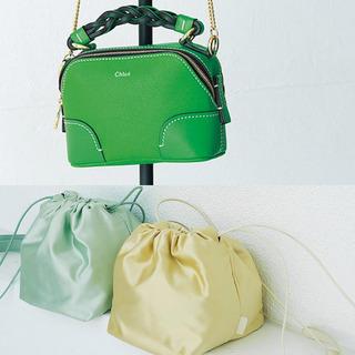 シンプルコーデを格上げしてくれるラグジュアリーブランドの軽やかバッグ