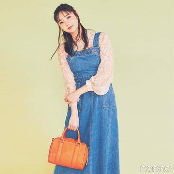 新川優愛は透け感シャツを合わせてジャンスカコーデを新鮮に【毎日コーデ】