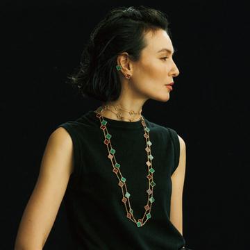ヴァン クリーフ&アーペルのアルハンブラ ロングネックレスで色を楽しむ【存在感のあるネックレス】