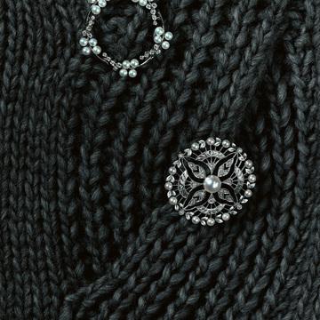 3. 愛され度ナンバーワンのパールは小粒使いのデザインが新鮮