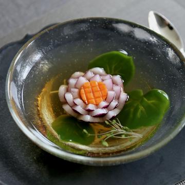 いつもの食卓を華やかに!玉ねぎでつくる蓮のお花スープ