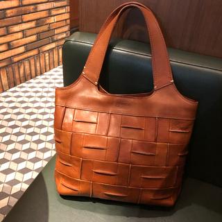 秋に持ちたいのは革を育てるバッグ。
