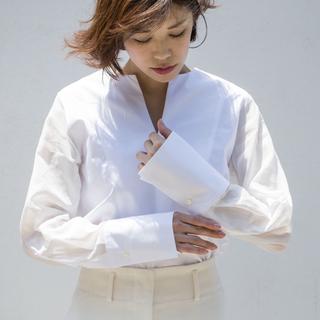 凛とした大人の『白シャツ』