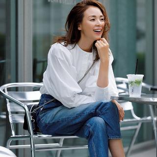 夏の清潔感コーデは、白い「ボリューム袖シャツ」で華やかさをプラスして!