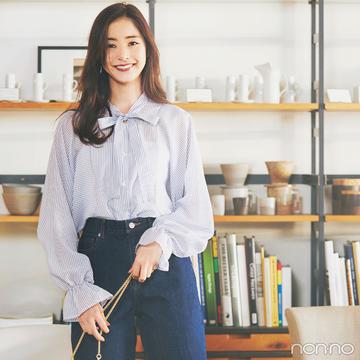新木優子はボウタイブラウスでクリーンな女らしさをキープ【毎日コーデ】