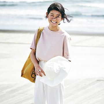 エディター、ライター・松井陽子さんの清潔感漂う夏のTシャツスタイル【おしゃれな人は今、Tシャツに何合わせてる?】