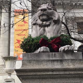 ブライアントライアントパークの隣のニューヨーク公共図書館のライオンさん。凛々しく毎年恒例のクリスマスリースで飾られておられました♡