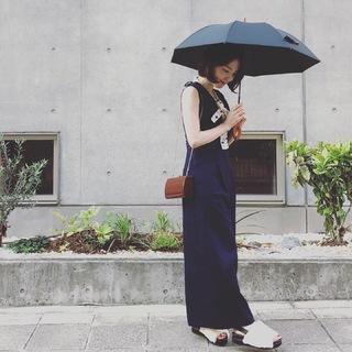 サンバリア100の日傘、無地を選べば大人のコーデになじみます