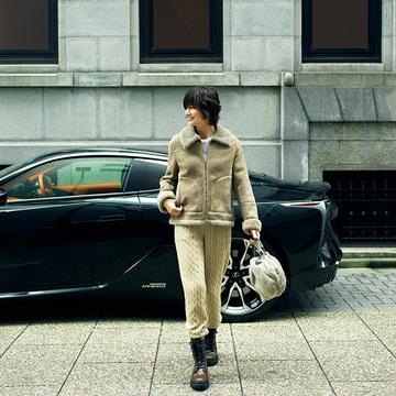 美しいセダンに乗る日は、リラクシーな「ニットパンツ」で大人カジュアルを演出【富岡佳子「車に乗る日のおしゃれ」】