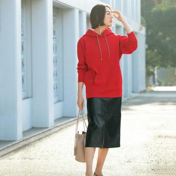 「Room no.8」のフーディとエコレザースカートが大人ムードのカジュアルに最適!