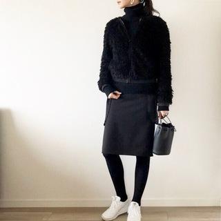 大人のオールブラック×白スニーカーコーデ【40代のハイ&ローmixコーデ】