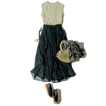 透け感スカートでシンプルTを女性らしく<大人の夏は黒でのりきる>