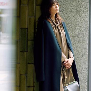 ワンピース×黒コートで凛とした女性らしさを演出【黒のitコートコーデ1】