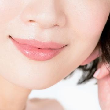 5.上質なツヤと幸福感あふれるコーラルピンクの唇で仕上げ