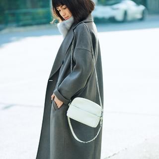 厚手コートは「縦長チェーン」のゆれとツヤで女らしさUP