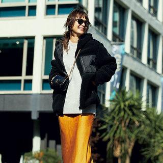 ニュアンスブラックを温かみのある素材で着れば、季節感のある可愛げコーデに