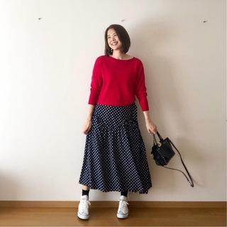 シンプル+ドット柄スカートでちょうどいい甘さをプラス。