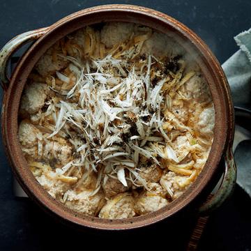 定番3素材で食感楽しい「鶏つくねとごぼう、油揚げの鍋」のレシピ【坂田阿希子さんの「満足鍋」】