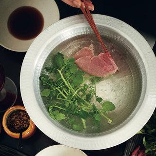 牛肉とクレソンのだししゃぶに、近頃人気の薄うま赤ワインを合わせて【平野由希子のおつまみレシピ #96】