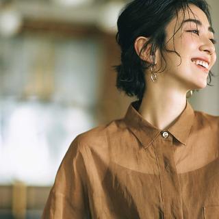 エディター三尋木奈保さんの「変化球シャツ」を女っぽく着る3つのテクニック
