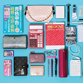 """理系女子が愛用する""""専門アイテム""""と""""ピンク小物""""【働くアラフォーのバッグの中身】"""