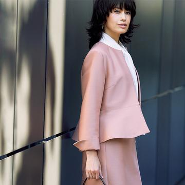女性らしい華やかな印象をつくる「ストラスブルゴ」のノーカラージャケット