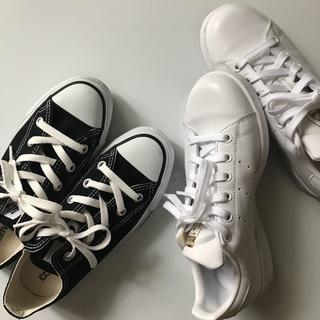 スニーカーも白と黒!