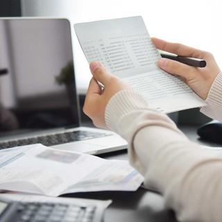 働くアラフォー女性が1ヵ月に自由に使えるお金は?老後資金や貯蓄についてアンケート調査