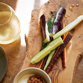みずみずしい夏野菜をシンプルに!甘酸っぱい日本の白ワインに合わせて【平野由希子のおつまみレシピ #52】