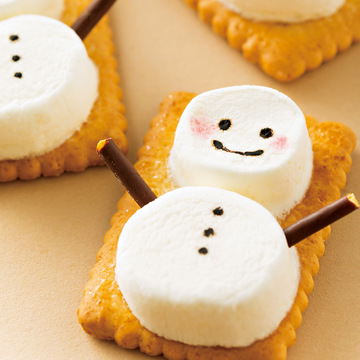 簡単カワイイ♡ 市販のお菓子でマシュマロスノーマンを手作り!【クリスマススイーツレシピ】