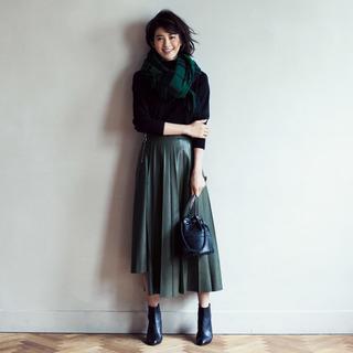 <膝が隠れるレザースカート>