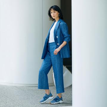 夏らしいブルーのパンツスーツにトッズのスニーカーを合わせて