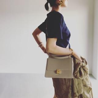 「ワンハンドル」「硬めレザー」「スクエア形」バッグが 夏のラフな着こなしにほどよい緊張感を与えてくれる!【エディター坪田あさみのおしゃれと暮らしと時々名品 #37】