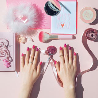 大人のスイートネイル 春色ピンクはベリーカラーで引き締め