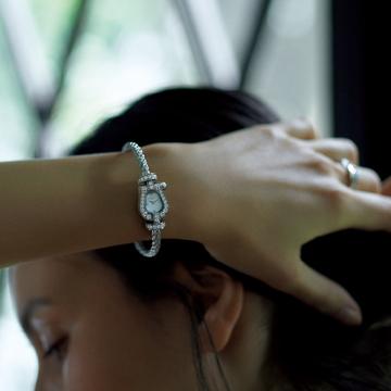 フェミニンウォッチの真髄! ダイヤモンをあしらった小ぶりのブレスレットウォッチ