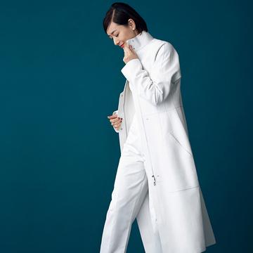 ワントーンコーデの主役に「白のレザーコート」【富岡佳子「エルメスの最上質に包まれて」】