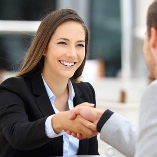 働くアラフォー女性たちは「初対面の人のどこを一番最初に見るのか?」