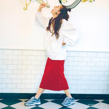 新木優子は赤のロングタイトスカートで、ハッピー感満点コーデ!【毎日コーデ】