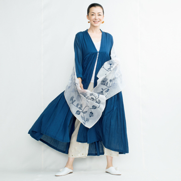 軽やかなカディコットンと刺繡ストールの贅沢な組み合わせ