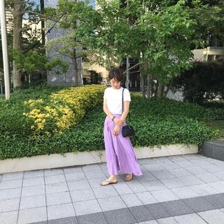 Uniqlo U(ユニクロユー)の白Tシャツはキレイ色スカートにもベストマッチ!