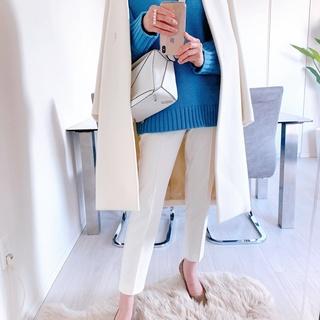 GUニットをエレガントに着る。白コートを合わせて高見えコーデ