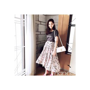 新木優子は花柄スカートでロゴTを女っぽく!【毎日コーデ】