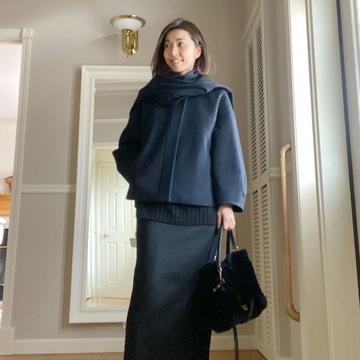 黒ロングタイトスカートとショートコート